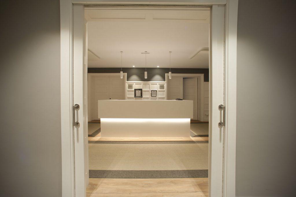 diseño de oficinas en bilbao AMSA IMQ mostrador Juan Luis Bilbao